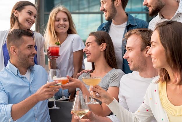 Gelukkige mensen op een terrasfeestje