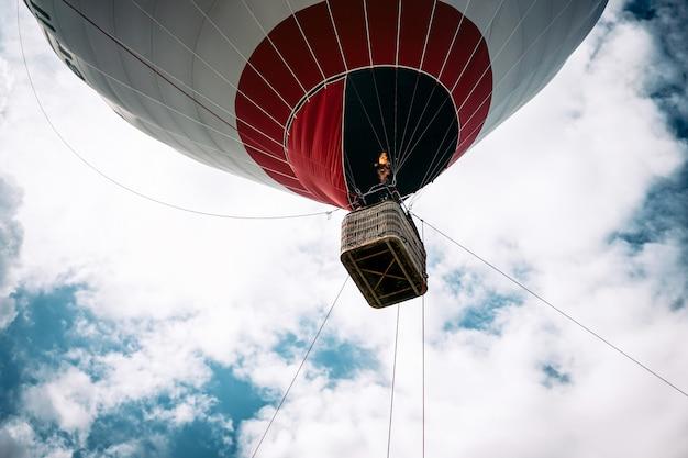 Gelukkige mensen vliegen op grote ballon luchtschip