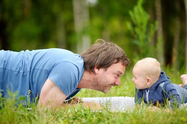 Gelukkige middelbare leeftijd man spelen met zijn kleine baby
