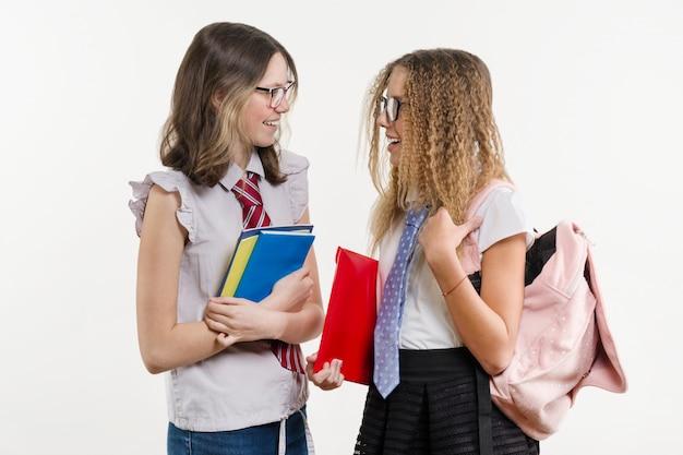 Gelukkige middelbare schoolvrienden zijn tienermeisjes