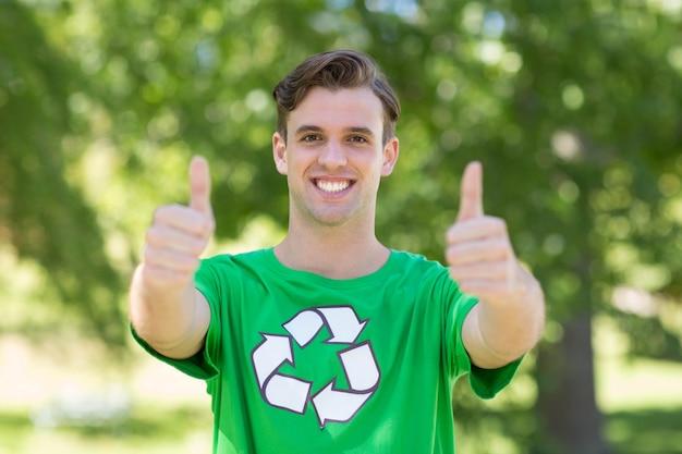 Gelukkige milieuactivist in het park