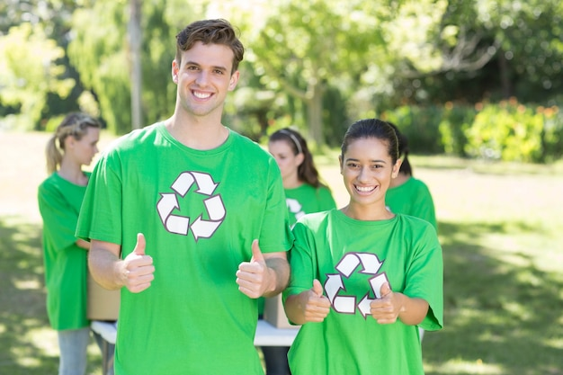 Gelukkige milieuactivisten in het park