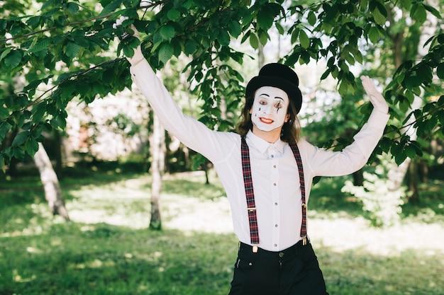 Gelukkige mime in een park
