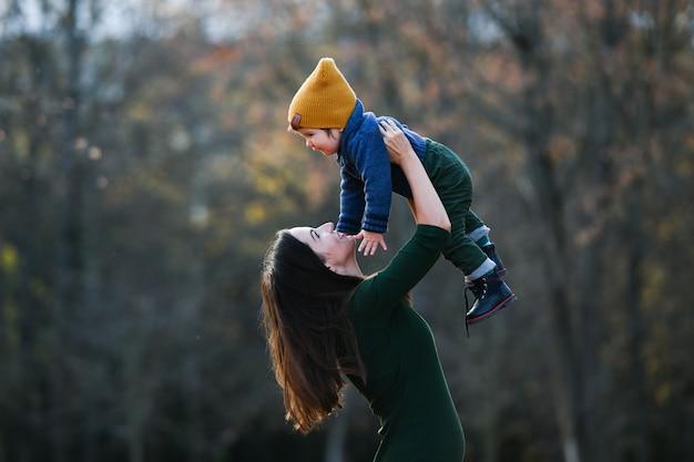 Gelukkige moeder die haar baby houdt. hoge kwaliteit foto
