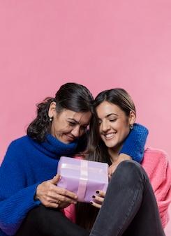 Gelukkige moeder door meisjesverrassing