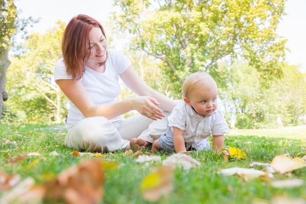 Gelukkige moeder en babyzoon bij park in new york