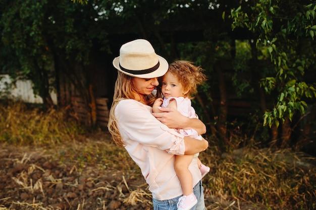 Gelukkige moeder en dochter die buitenshuis samen lachen