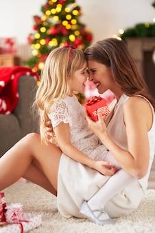 Gelukkige moeder en dochter die lacht