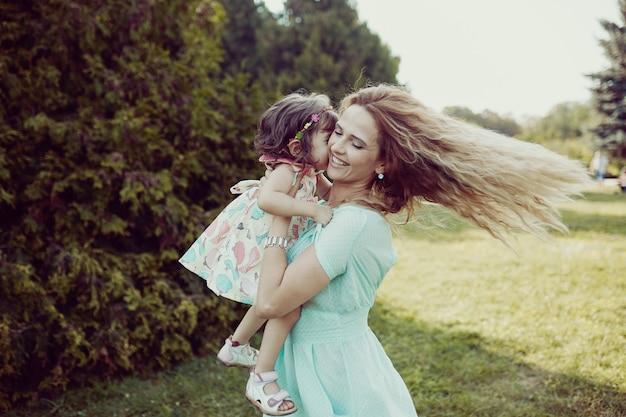 Gelukkige moeder en dochter die samen in openlucht lachen