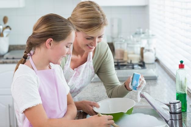 Gelukkige moeder en dochter die samen omhoog wassen