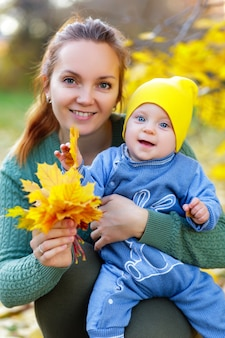 Gelukkige moeder en dochter in het herfstpark