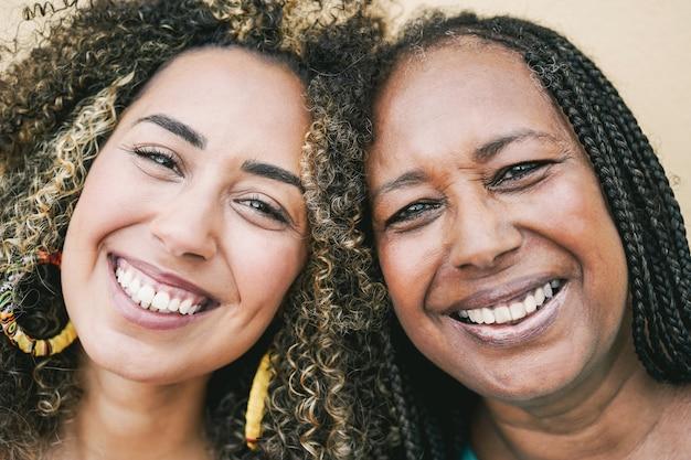 Gelukkige moeder en dochter - liefde en familieconcept - belangrijkste nadruk op meisjesgezicht
