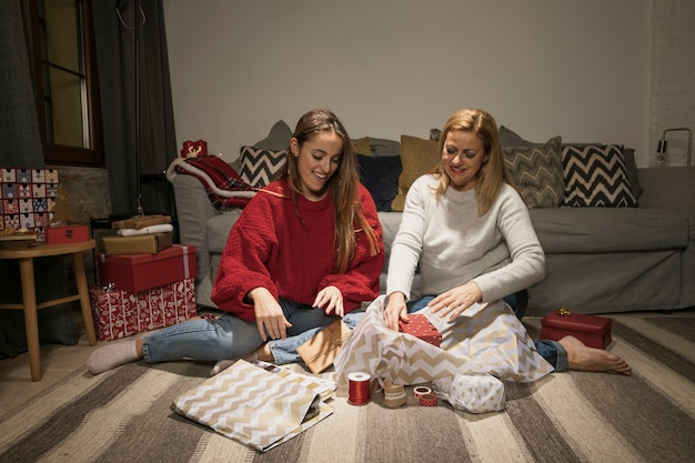 Gelukkige moeder en dochter met cadeautjes