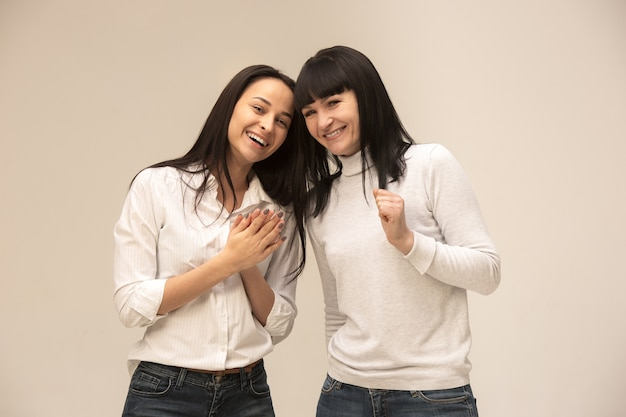 Gelukkige moeder en dochter op studio