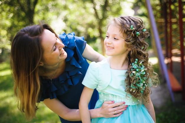 Gelukkige moeder en dochter samen buitenshuis in een park