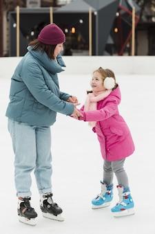 Gelukkige moeder en dochterholdingshanden