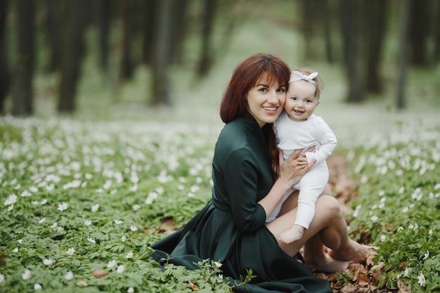 Gelukkige moeder en haar kleine meisje zijn gelukkig