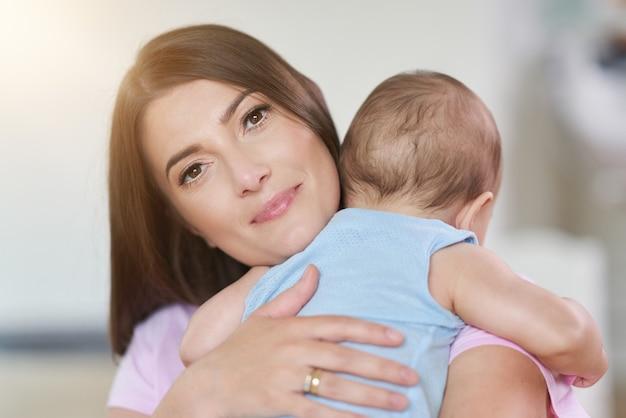 Gelukkige moeder en haar pasgeboren baby
