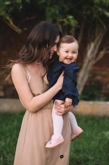 Gelukkige moeder en kleine glimlachende dochter