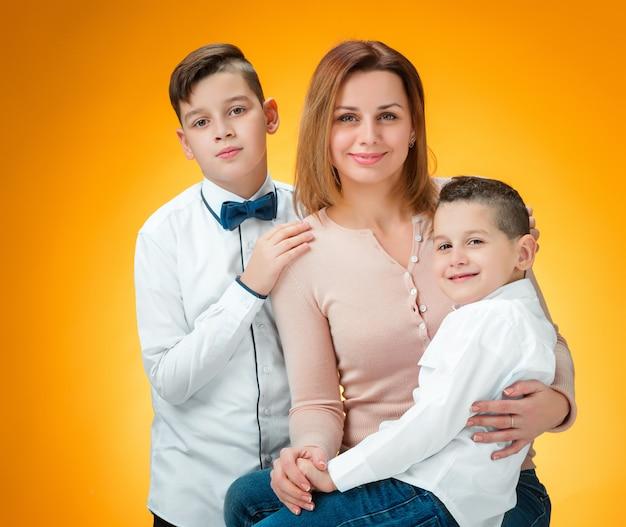 Gelukkige moeder en twee zonen