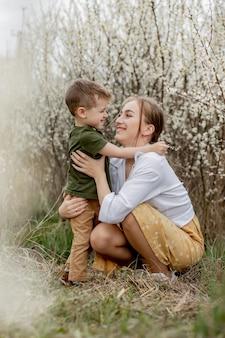 Gelukkige moeder en zoon die samen buiten plezier hebben