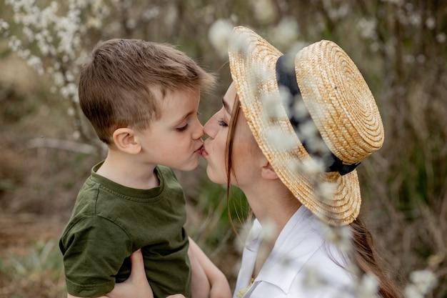 Gelukkige moeder en zoon die samen plezier hebben