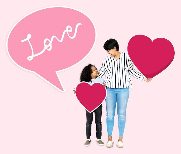 Gelukkige moeder en zoon houden hart pictogrammen