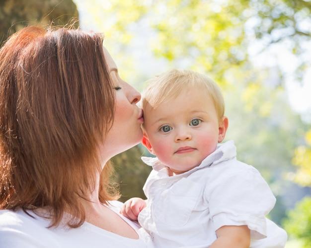 Gelukkige moeder en zoon in park