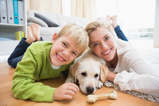 Gelukkige moeder en zoon met puppy