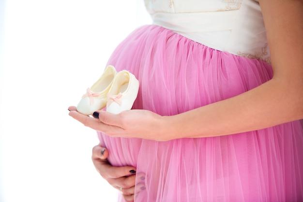 Gelukkige moeder in afwachting van de geboorte van dochter Premium Foto