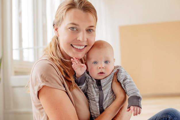 Gelukkige moeder met pasgeboren baby