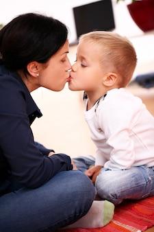 Gelukkige moeder met zoon