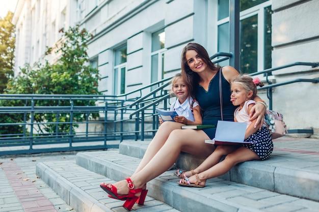 Gelukkige moeder ontmoette haar kinderen dochters na de lessen
