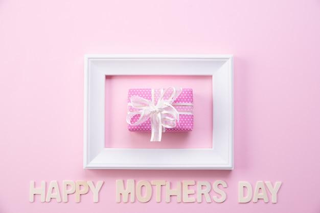 Gelukkige moederdag concept. bovenaanzicht van fotolijst en geschenkdoos