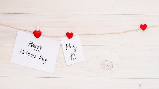 Gelukkige moederdag en 12 mei inscripties vastgemaakt aan touw