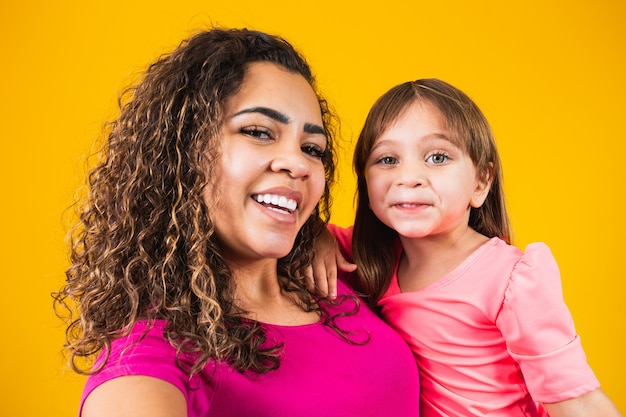 Gelukkige moederdag! schattig kaukasisch kind met zijn moeder selfie maken op gele achtergrond.