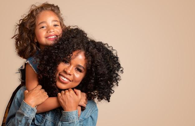 Gelukkige moederdag! schattige lieve jonge afro-amerikaanse moeder met schattig dochtertje.