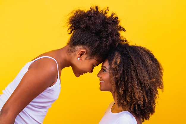 Gelukkige moederdag! schattige lieve jonge afro-amerikaanse moeder met schattige kleine dochter.