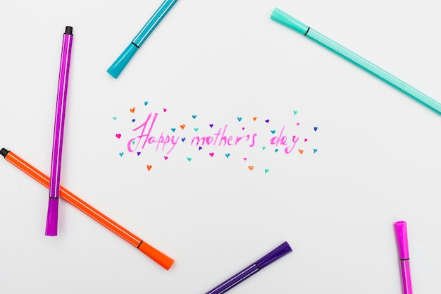 Gelukkige moederdaginschrijving met heldere gevoelde pennen
