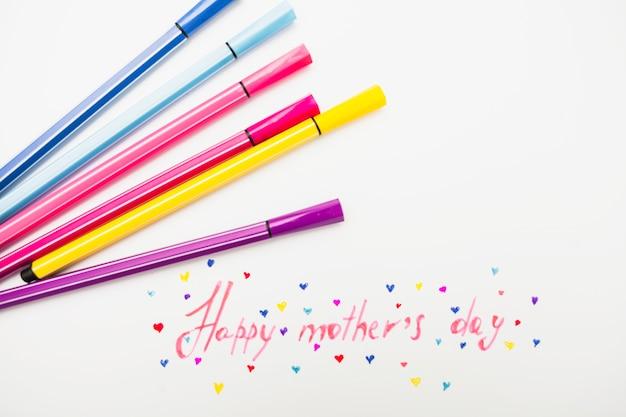 Gelukkige moederdaginschrijving met kleurrijke gevoelde pennen