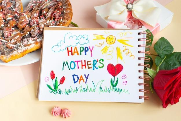 Gelukkige moederdagtekening met cake, geschenkdoos en rode roos op lichtgele achtergrond