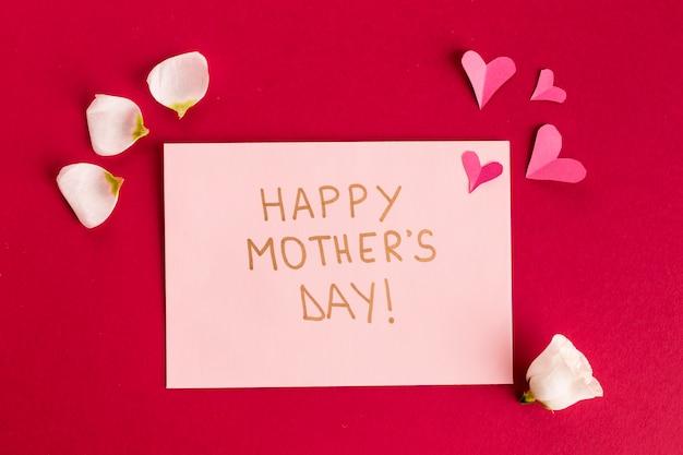 Gelukkige moedersdag papieren kaart tussen bloemblaadjes