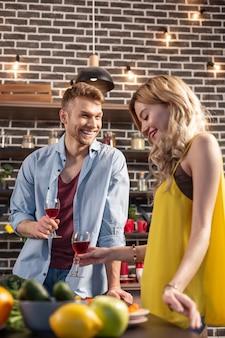 Gelukkige momenten. net getrouwd stel dat zich echt gedenkwaardig voelt en gelukkige momenten samen doorbrengt