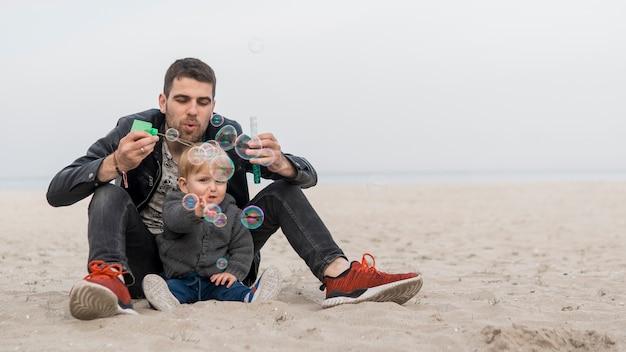 Gelukkige momenten op het strand met zoon en vader