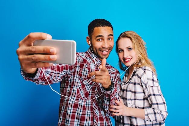 Gelukkige momenten samen van opgewonden mooi paar met plezier. selfieportret maken, opgewekte stemming, glimlachen, genieten, positiviteit uiten.