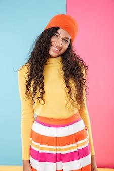 Gelukkige mooie afrikaanse jonge vrouw in lichte kleding
