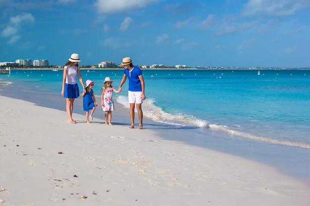 Gelukkige mooie familie op caraïbische vakantievakantie