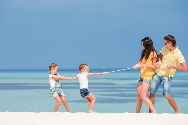 Gelukkige mooie familie op een strand tijdens de zomervakantie
