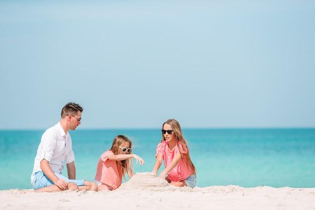 Gelukkige mooie familie op een tropisch strandvakantie