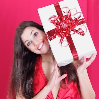 Gelukkige mooie vrouw die haar gift toont